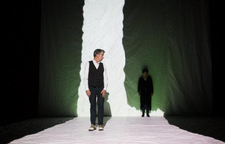 L'acteur Michael Nimbley dans un trait de lumière blanche regarde l'actrice Guillermina Kerwin,
