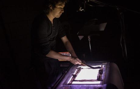 Le régisseur lumières Cédric Descamp