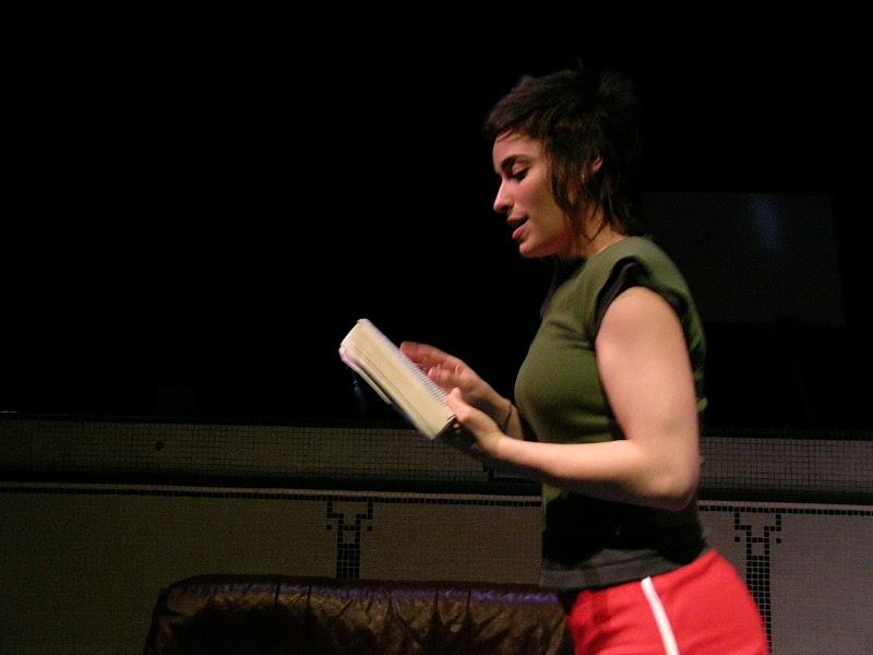 Pascale lit un livre à voix haute.