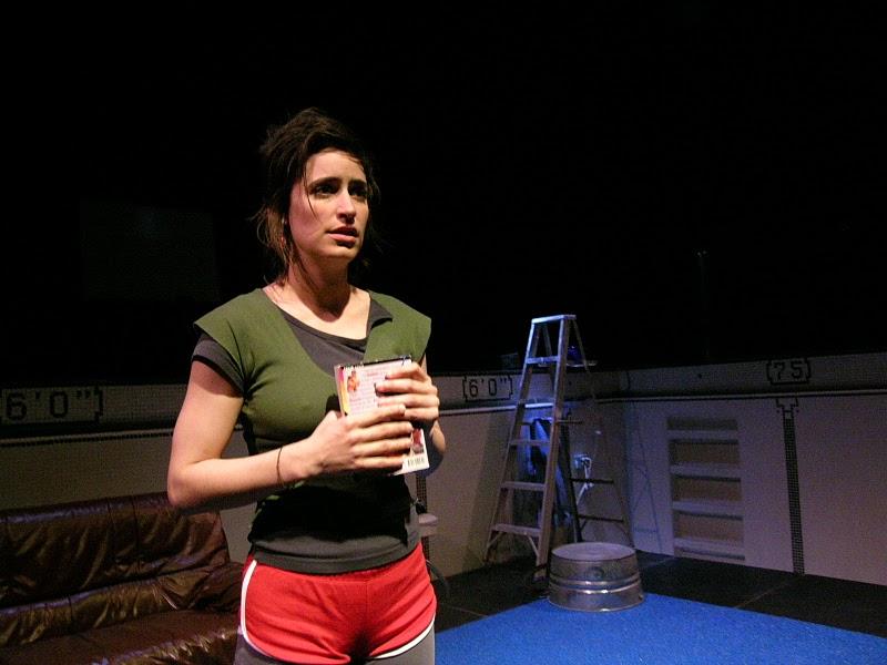 L'actrice Pascale St-Jean, en vêtements de sport, tient un livre dans ses mains.