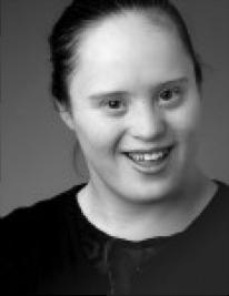Geneviève Morin-Dupont sourit à la caméra.