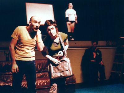 Jean-Pascal et Pascale regardent devant eux, l'air curieux et attentifs; derrière eux, en hauteur, Geneviève se tient droite dans la lumière.