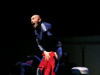 L'acteur Jean-Pascal Fournier hurle de douleur en tenant sa main dans un tissu rouge.